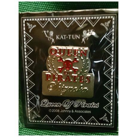KAT-TUN 限定ピンバッチ Queen of PIRATES (赤) コンサートグッズの画像